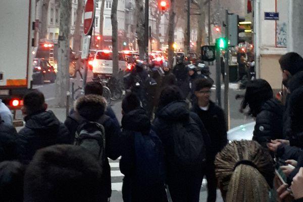 Les lycéens ont été repoussés par la police vers 8H15