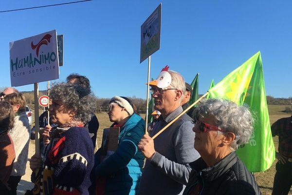 Associations, politiques et habitants se sont réunis ce dimanche 24 février contre ce projet de poulailler industriel.