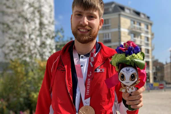 Lucas Créange porte sa médaille de bronze, avec une fierté bien méritée.