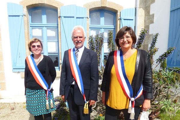 Didier Fouquet, nouveau maire de Sein et ses deux adjointes
