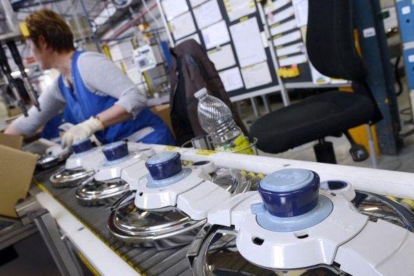 """L'usine SEB à Selongey, en Côte-d'Or, où l'on fabrique des """"cocotte-minute""""."""