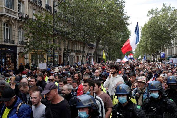 Des manifestants anti-pass sanitaire ce samedi 7 août à Paris.