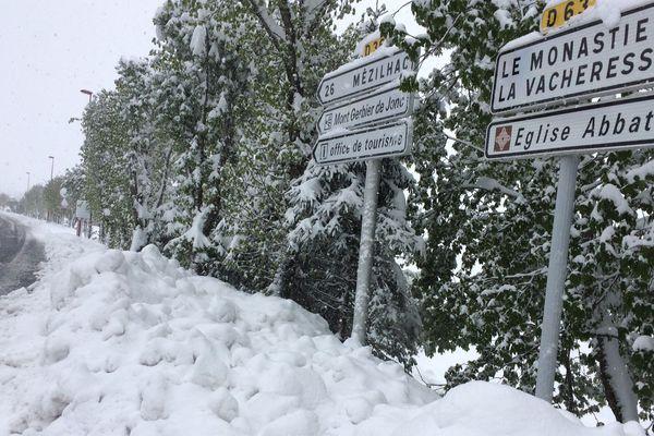 L'entrée du village des Estables (Haute-Loire) était recouvert d'une trentaine de centimètres de neige, ce matin du lundi 14 mai 2018.