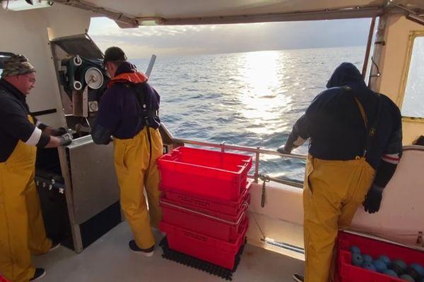 Les pêcheurs reprennent la mer depuis le port des Sables d'Olonne, avril 2020