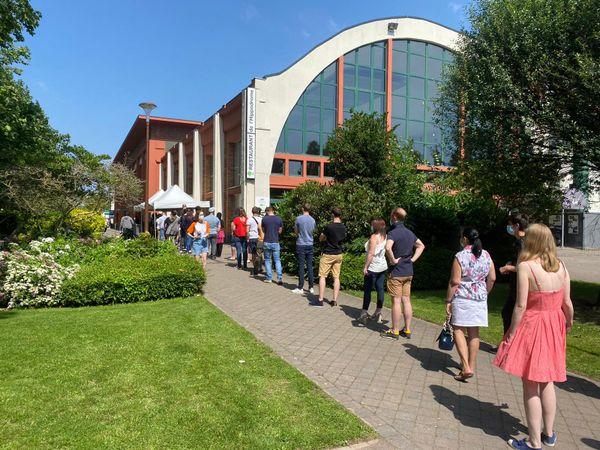 File d'attente devant l'entrée du vaccinodrome de Marcq-en-Barœul, samedi 17 juillet à midi.
