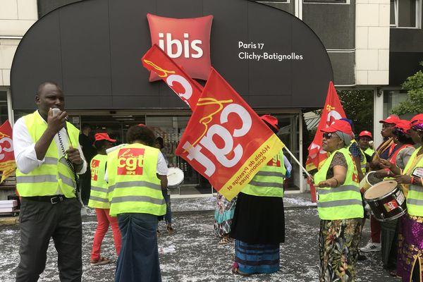 Les grévistes manifestent tous les jours depuis le 17 juillet devant l'hôtel.