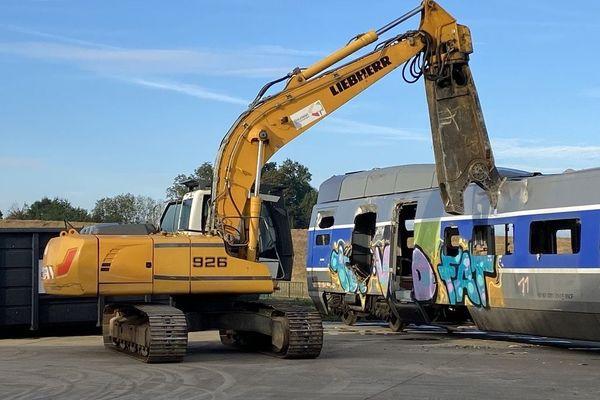 La cisaille très puissante déchire la tôle du vieux TGV au centre de démantèlement de Grémonville