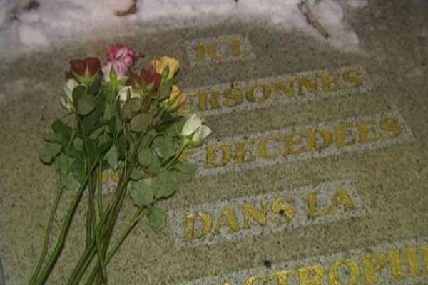 La stèle et les noms des 96 victimes
