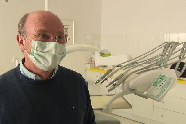 Philippe Raynaldy, chirurgien dentiste à Sancoins dans le Cher ne peut plus recevoir de patients faute de masques FFP2.
