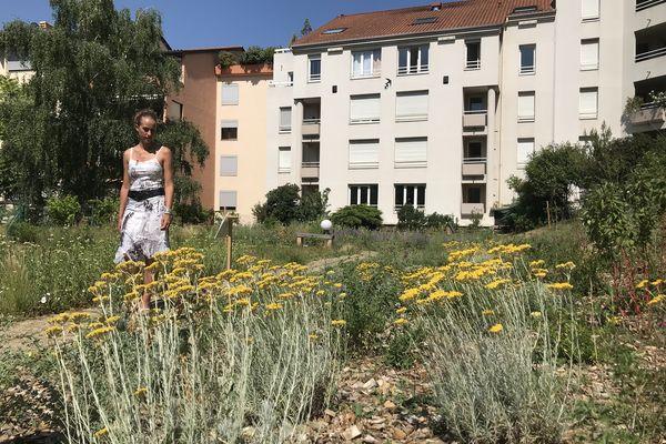 Avec l'aide d'un paysagiste spécialisé Nathalie Martin a contribué à transformer un toît de parking en havre de paix