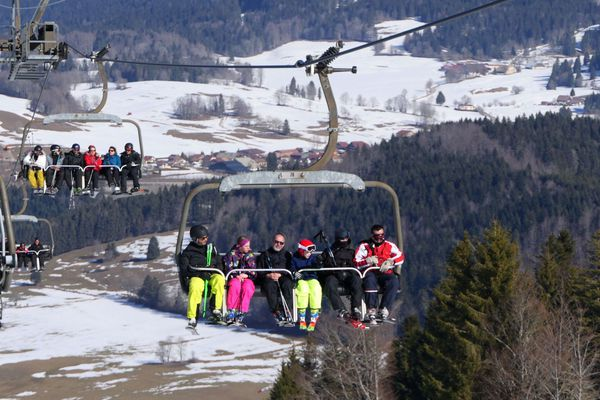 Des skieurs sur le télésiège du Morond à Métabief. (archives)