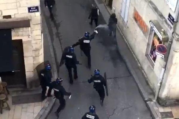 Une manifestation anti Marine Le Pen et Emmanuel Macron a eu lieu à Dijon  jeudi 27 avril 2017.
