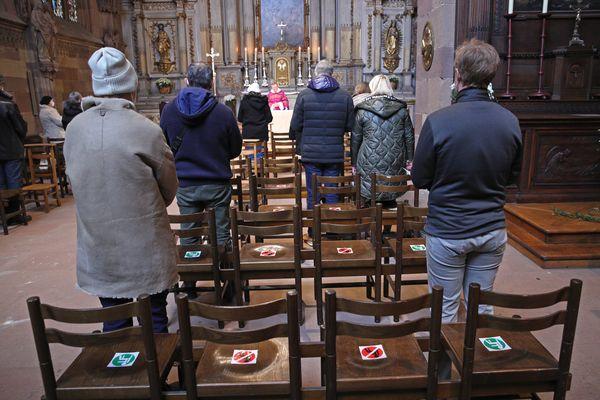 Des chrétiens assistant à un office religieux dans la cathédrale de Strasbourg en novembre 2020, malgré la jauge réduite liée à la pandémie de covid.
