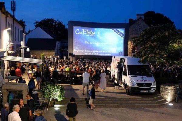 Une séance de cinéma sous les étoiles offerte aux habitants de l'île aux Moines