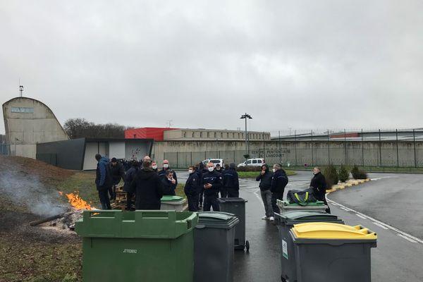 Les agents pénitentiaires se sont rassemblés dès 6 heures du matin en soutien à leur collègue agressée la vielle (ici ce 11 décembre vers midi).