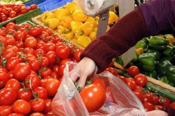 Au rayon fruits et légumes d'un supermarché.
