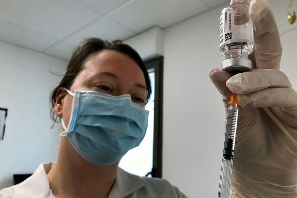 Une infirmière prépare une injection de vaccin AstraZeneca contre la COVID-19