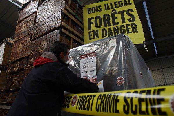 Dans son action ce matin, Greenpeace a ciblé du bois importé