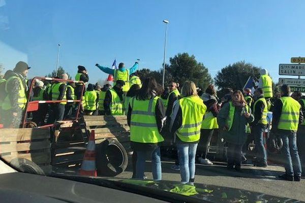 Manifestation des gilets jaunes au rond-point des Saintes-Maries-de-la-Mer
