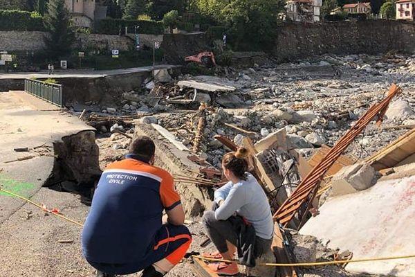 Pierre-Jean Albisser, avec une sinistrée, accablés devant l'ampleur des dégâts