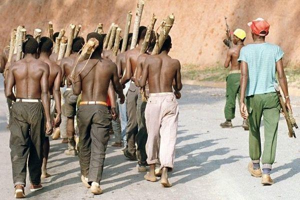 Un groupe de jeunes miliciens Hutus, à la sortie de Gitarama au Rwanda, le 11 juin 1994