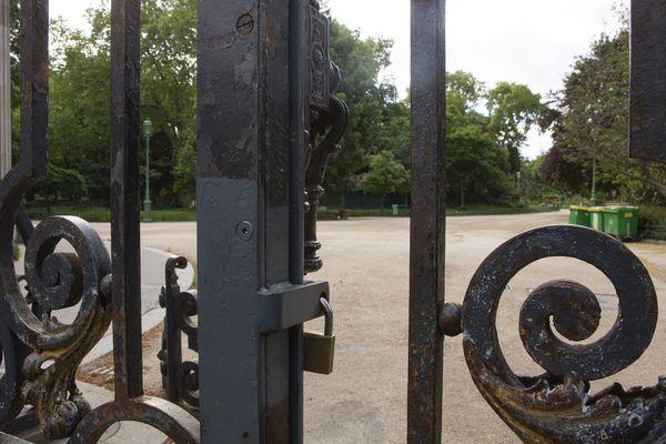 """Les parcs et jardins resteront fermés """"jusqu'à nouvel ordre"""" à Paris."""
