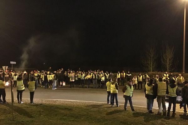 Dans la soirée du 21 novembre, quelques centaines de manifestants ont occupé le rond-point à la sortie d'Hirson (Aisne).