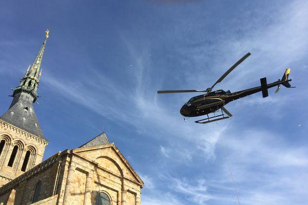 """Mont Saint Michel : les """"merveilles d'or et d'argent, trésors cachés et savoir faire de la Manche"""" arrivent par hélico"""