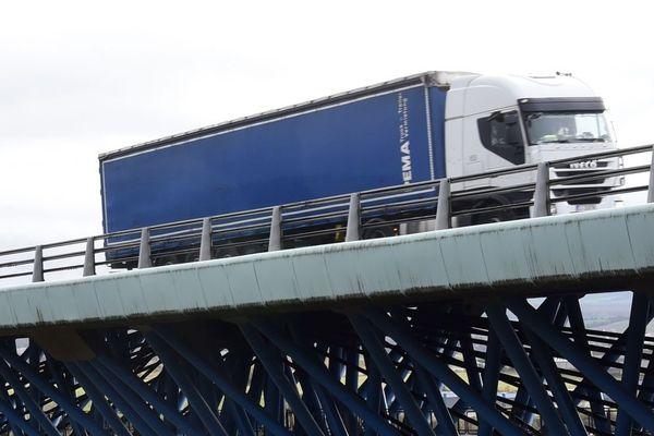 Un camion passant sur le viaduc d'Echinghen, près de Boulogne-sur-Mer.