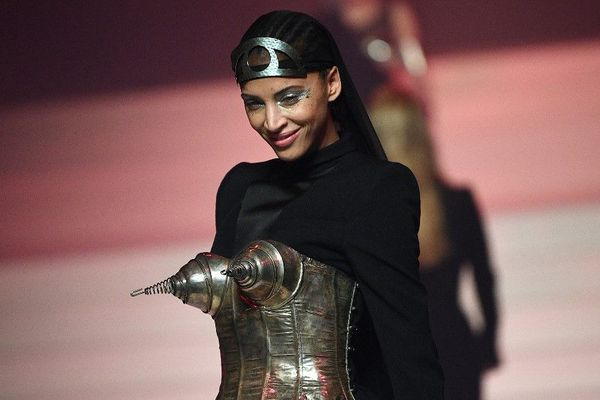 Ce défilé était l'occasion de revisiter des pièces iconiques qui ont fait la réputation de Jean Paul Gaultier au fil des ans.