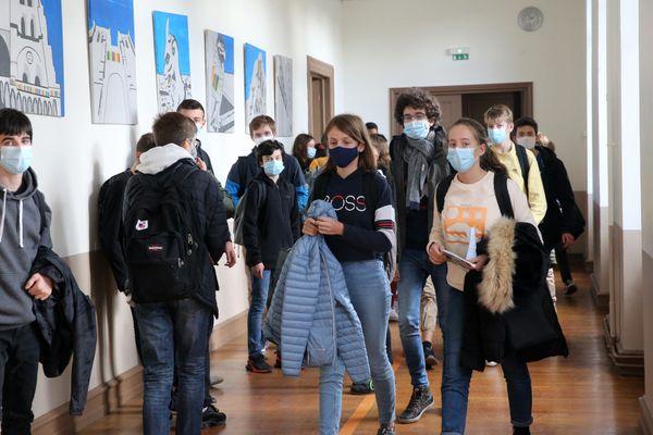 Des élèves avec leur masque dans un couloir du collège Victor-Hugo de Colmar, le 19 novembre 2020.