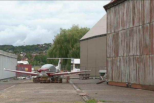 La rénovation d'un des deux hangars de l'aérodrome de Thise, près de Besançon (Doubs), est presque achevée