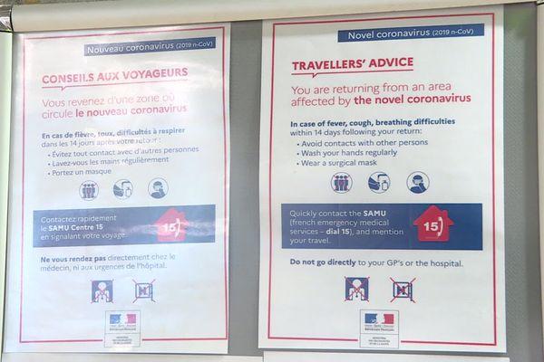 Aéroport de Marseille-Provence : quelques panneaux avec des indications contre le coronavirus sont affichés.