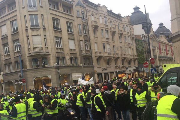 Défilé dans le calme dans les rues de Reims