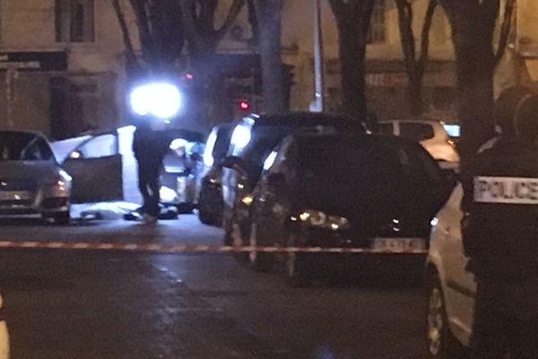 La voiture criblée de balles et la victime à terre