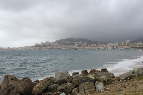 Ce vendredi 22 janvier, les services de Météo France ont placé la Corse en vigilance orange orages, vent, vagues-submersion.
