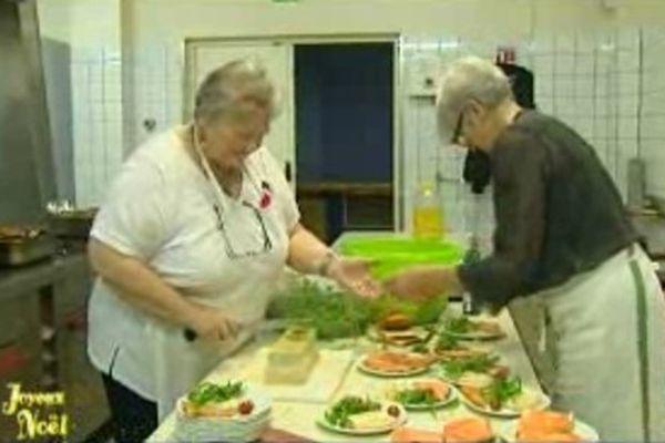 Les bénévoles s'activent pour préparer les toasts au saumon.