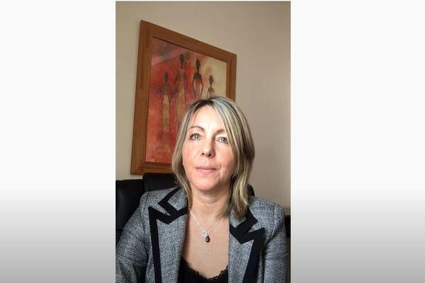 La pédopsychiatre Eugénie Izard a publié une vidéo sur Youtube pour dénoncer la sanction dont elle fait l'objet.