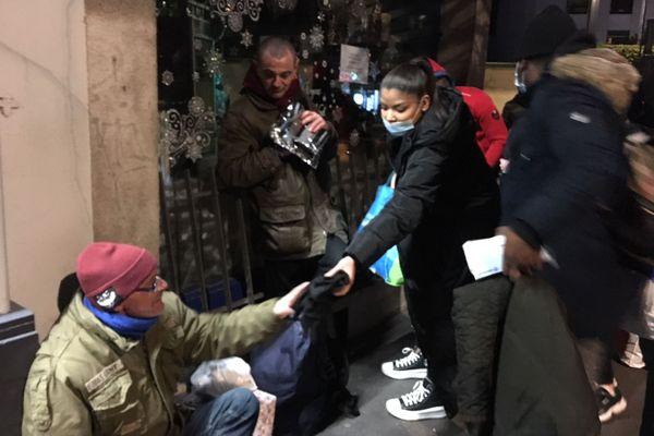 Des vêtements, des repas chauds et des produits d'hygiène ont été récoltés par de jeunes Rennais. Ils les ont ensuite distribués aux personnes les plus dans le besoin.