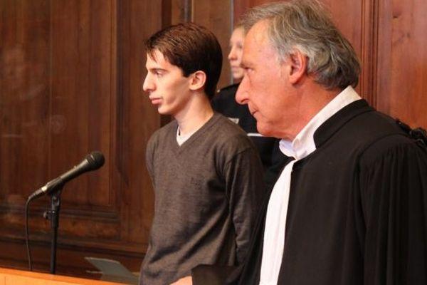 L'accusé Yacine Sid et l'un de ses avocats Maître Uzan