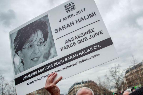Une pancarte brandie lors d'une manifestation en hommage à Sarah Halimi, pour demander la tenue d'un procès, place de la République à Paris le 5 janvier dernier.