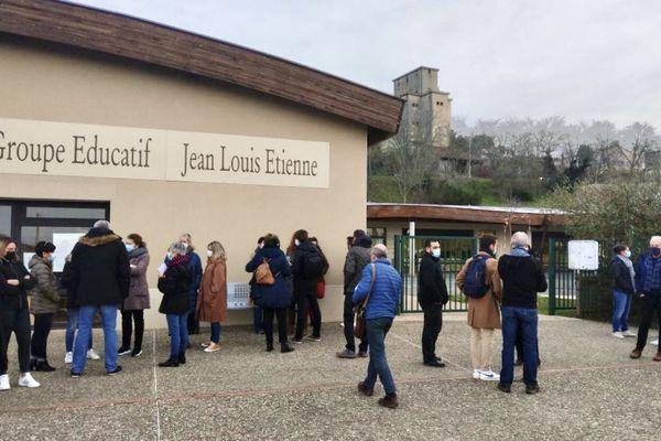 Parents d'élèves et élus se sont rassemblés devant le groupe scolaire de la commune ce matin pour manifester leur désaccord avec la décision de fermeture d'une classe à la rentrée de septembre 2021
