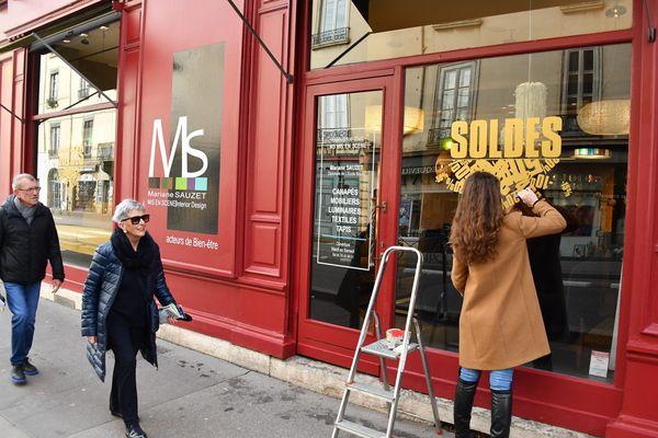 """Les commerçants misent sur des clients locaux ayant """"envie de se faire plaisir"""" après la crise sanitaire, en attendant de voir revenir les touristes."""