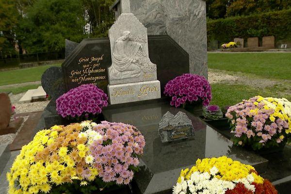 Le jour de la Toussaint est la fête de tous les saints. Le lendemain est célébré le jour des morts.