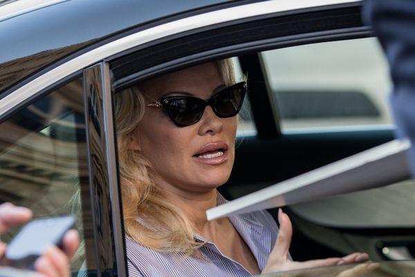 Archive : Pamela Anderson en voiture.