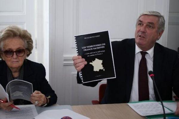 """François Sauvadet, président UDI du conseil général de Côte d'Or, et Bernadette Chirac, conseillère générale UMP de Corrèze, lors de la présentation à la presse du """"Livre noir sur le redécoupage des cantons de France"""" mardi 4 mars 2014."""