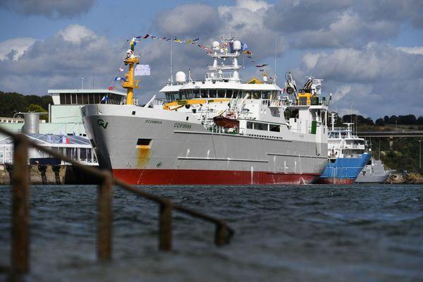 """Le """"Scombrus"""", chalutier géant de la société France Pélagique, filiale de Cornelis Vrolijk, géant de l'industrie de la pêche néerlandaise. Ce navire de 80 mètres possède le pavillon français. Ici au port de Concarneau (Finistère), le 25 septembre 2020,jour de son inauguration."""