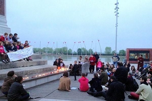 Les opposants au mariage pour tous se sont retrouvés pour une veillée sur l'Esplanade Lamartine, à Mâcon, en Saône-et-Loire, mardi 30 avril 2013.