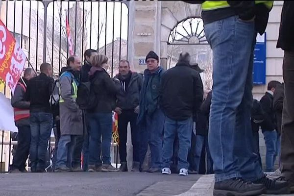 Les salariés de GM&S devant les grilles du Tribunal de Commerce de Poitiers où se déroulent une audience pour la poursuite ou non de la période d'observation dans le cadre du redressement judiciaire.