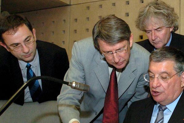 Yannick Vaugrenard (au centre), entouré d'Alain Gralepois, Yann Helary et Jacques Auxiette au conseil régional en 2004